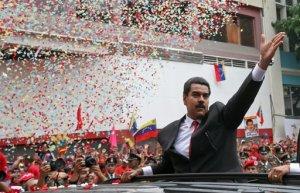 El presidente electo de Venezuela Nicolás Maduro saluda a la multitud a su arribo a la Asamblea Nacional para su ceremonia de juramentación en Caracas, Venezuela, el viernes 19 de abril del 2013. La oposición boicoteó la ceremonia de asunción con la esperanza de que el partido gobernante permitiera una auditoría electoral que cambiara los resultados de la disputada elección presidencial. AP Foto