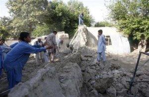 Un terremoto con epicentro en el este de Afganistán provocó la muerte de cuatro personas y heridas a casi 70, después de que el clima húmedo debilitase las casas de adobe tradicionales del país, dijeron funcionarios el miércoles. EN la imagen, supervivientes del terremoto en las ruinas de una casa de adobe derrumbada tras el seísmo en la provincia de Jalalabad, el 24 de abril de 2013. REUTERS