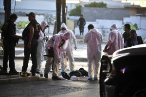 Peritos forenses realizan el levantamiento del cuerpo de un hombre asesinado hoy, jueves 18 de abril de 2013, en la colonia Buenos Aires de Monterrey (México). EFE
