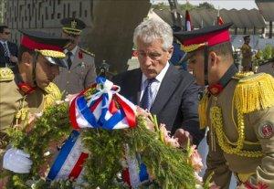 El secretario de Defensa estadounidense, Chuck Hagel (c), deposita una corona de flores en el monumento al soldado desconocido en El Cairo, Egipto. EFE
