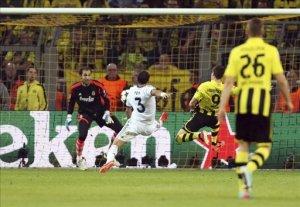 El delantero polaco del Borussia Dortmund, Robert Lewandowski (2d) marca el 1-0 enta el portero Diego López (i) del Real Madrid durante el partido de ida de las semifinales de la Liga de Campeones disputado en el estadio Signal Iduma Park de Dortmund, Alemania. EFE