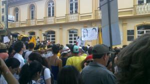 Manifestantes se hicieron presentes con pancartas para protestar y mostrar su malestar a la presidenta Laura Chinchilla