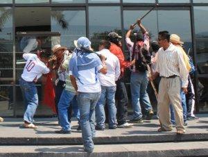 Maestros inconformes con la nueva ley de educación atacaron este miércoles de manera violenta las sedes locales de partidos políticos en el estado de Guerrero (sur), después de que el martes el Congreso estatal aprobara un dictamen contrario a sus demandas, constató la AFP.