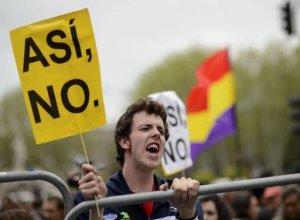 El desempleo en España volvió a subir en el primer trimestre, afectando al 27,16% de la población activa y atizando un malestar social que este jueves llevó a un millar de jóvenes a protestar ante el Congreso para pedir la dimisión del gobierno. AFP