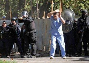 Unos 50 heridos y ocho detenidos, entre ellos médicos, enfermeros y periodistas, dejó este viernes una violenta represión de la Policía Metropolitana, que intentó desalojar un taller de rehabilitación en el hospital neuropsiquiátrico más grande de Buenos Aires, informó a la AFP una fuente sindical. AFP