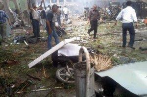 Restos de una explosión que mató a varias personas en Reyhanli, cerca de la frontera turca con Siria, el sábado 11 de mayo del 2013. Foto AP