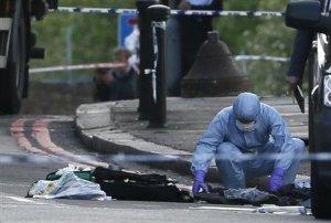 """El primer ministro británico, David Cameron, dijo el miércoles que hay """"fuertes indicios"""" de que un asesinato cometido horas antes en Londres está relacionado con un acto terrorista. Imagen de un forense policial trabajando en el lugar del asesinato en Woolwich, en el sureste de Londres, el 22 de mayo. REUTERS"""