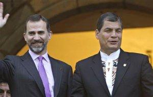 """Rafael Correa asumió el viernes el cargo de presidente de Ecuador para ejercer su tercer mandato consecutivo con la promesa de profundizar su """"revolución"""" de corte socialista. En la imagen del 23 de mayo, Correa (dcha.) saluda a los ciudadanos desde un balcón del Palacio Carondelet de Quito junto con el príncipe Felipe. REUTERS"""
