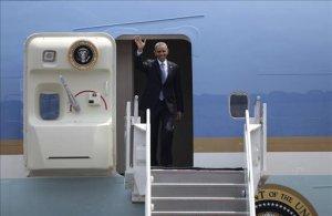 El presidente de Estados Unidos, Barack Obama, saluda a su llegada este jueves a Ciudad de México (México). EFE
