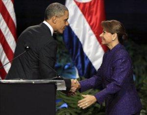 El presidente de Estados Unidos, Barack Obama (i), estrecha la mano de la mandataria de Costa Rica, Laura Chinchilla (d), tras una rueda de prensa conjunta en San José.