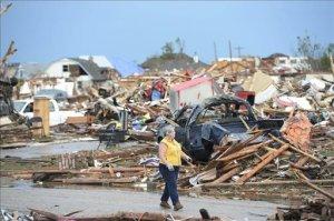Habitantes recuperan pertenencias entre los escombros en un barrio de Moore, Oklahoma (EE.UU.). EFE