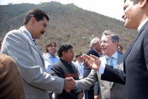 El presidente de Venezuela, Nicolás Maduro, acusó este viernes al expresidente de Colombia Álvaro Uribe de fraguar junto con la derecha venezolana y sectores anticastristas de Miami un supuesto plan para asesinarlo.