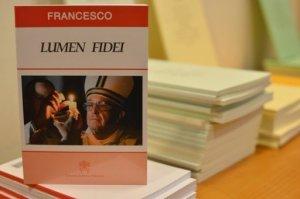 Como señal de continuidad y el mismo día del anuncio de la santificación de Juan Pablo II y de Juan XXIII, Francisco firmó su primera encíclica, elaborada en buena parte por su predecesor, Benedicto XVI, quien renunció en febrero al papado. AFP