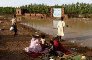 Una familia sudanesa sin techo descansa a un lado de una carretera en Jartum, Sudán, el martes 6 de agosto de 2013. Las inundaciones que afectaron diferentes zonas en Sudán esta semana han provocado al menos 36 muertes y dejaron a miles sin hogar. (AP Foto