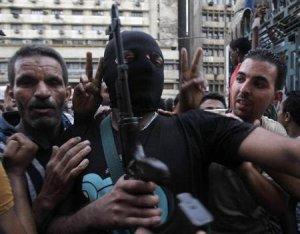 El viceprimer ministro de Egipto propondrá una forma de salir de la sangrienta confrontación entre las fuerzas de seguridad y los Hermanos Musulmanes del depuesto presidente Mohamed Mursi cuando se reúna el gabinte a discutir la crisis el domingo. En la imagen, un miembro de las fuerzas especiales egipcias pasa entre seguidores del gobierno interino instalado por el Ejército en la mezquita al-Fath en la Plaza Ramses, en El Cairo, el 17 de agosto de 2013. REUTERS