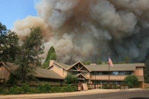 Un enorme incendio que arrasaba el viernes el centro de California (suroeste de Estados Unidos) y desató una declaración de emergencia del gobernador, cruzó el viernes la frontera oeste del parque natural Yosemite y amenazaba 4.500 viviendas AFP