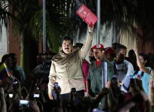 El presidente venezolano, Nicolás Maduro, saluda a sus partidarios después de recibir una ley que le otorga el poder de gobernar mediante decretos en Caracas. 19 de noviembre, 2013. Maduro dijo el jueves que usaría los nuevos poderes que le fueron otorgados para decretar dos leyes que limitarán las ganancias de los minoristas y reorganizarán la distribución de divisas extranjeras en la economía de Venezuela. REUTERS