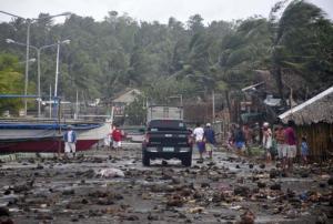 Escombros yacen esparcidos en una carretera en el poblado costero de Legazpi traídos por el tifón Haiyan en la provincia de Albay el viernes,