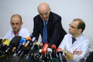 Cirujanos del equipo médico que atiende a Michael Schumacher, durante la rueda de prensa que ofrecieron este martes 31 de diciembre en el hospital de Grenoble (AFP