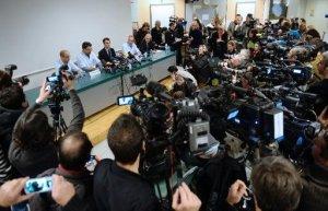 Neurocirujanos y responsables del hospital de Grenoble, durante la rueda de prensa en que informaron sobre el estado de Michael Schumacher, este lunes 30 de diciembre en la ciudad francesa (AFP