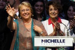 La candidata presidencial Michelle Bachelet (izquierda) saluda a sus simpatizantes junto a su madre, Angela Jeria, durante una celebración partidaria por su victoria electoral en Santiago de Chile, el domingo 15 de diciembre de 2013. (Foto AP
