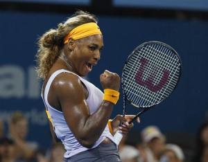 La tenista estadounidense Serena Williams amplió el viernes a 14 su racha de victorias al ganar a la rusa Maria Sharapova por 6-2 y 7-6 en la semifinales del Abierto de Brisbane. En la imagen, Serena Williams celebra su victoria ante Sharapova en Brisbane el 3 de enero de 2014. REUTERS