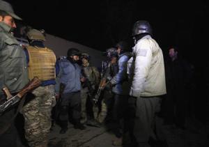 Soldados de la OTAN y policías afganos en el sitio de una explosión en Kabul, ene 17 2014. Al menos 13 personas murieron el viernes en un ataque suicida contra un popular restaurante libanés en el centro de la capital afgana, dijo la policía. REUTERS