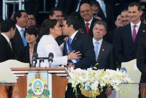 El nuevo presidente de Honduras, Juan Orlando Hernández, festeja con su esposa, Ana, en su toma de poder en Tegucigalpa el 27 de enero de 2014 (AFP