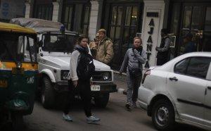 Foto de turistas paseando por una zona de hoteles económicos en Nueva Delhi el 15 de enero del 2014. Una turista danesa de 51 años fue violada en una zona comercial de la capital de la India. . (Foto AP