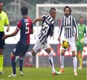 El chileno Arturo Vidal (medio) intenta pasar el balón frente Daniele Conti de Cagliari y su compañero Andrea Pirlo (derecha) en la Serie A el domingo 12 de enero de 2014. (AP