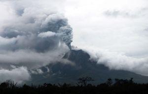 Erupción de volcán Sinalung en Indonesia provoca la evacuación de más de 20.000 personas