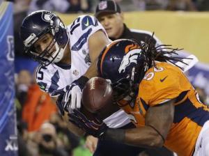 Nate Irving (derecha) de los Broncos de Denver manotea un pase dirigido a Jermaine Kearse de los Seahawks de Seattle durante el primer tiempo del Super Bowl el domingo 2 de febrero de 2014. (AP