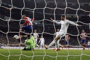 El portero del Real Madrid Iker Casillas (i. abajo) lucha el balón con el brasileño Joao Miranda (i. arriba),