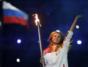 La tenista rusa Maria Sharapova carga la antorcha olímpica en la inauguración de los Juegos de Invierno en Sochi el viernes, 7 de febrero de 2014, en Sochi, Rusia. (AP