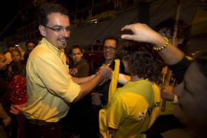 El candidato presidencial José María Villalta, del partido Frente Amplio, saluda a simpatizantes en Alajuela, Costa Rica, el jueves 30 de enero de 2014. Los costarricenses elegirán presidente y diputados el domingo 2 de febrero. (Foto AP