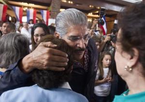 Norman Quijano, candidato presidencial de la derechista Alianza Republicana Nacionalista (Arena) saluda a partidarios mientras anda de campaña en San Salvador, El Salvador, el sábado 1 de febrero de 2014. Las elecciones son el domingo 2. (Foto AP