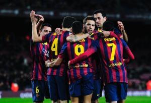 Los jugadores del FC Barcelona felicitan al chileno Alexis Sánchez (C) por haber contribuido al autogol de la Real Sociedad, en la ida de las semifinales de la Copa del Rey, el 5 de febrero de 2014