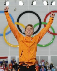 El holandés Jorrit Bergsma celebra en el podio su victoria en los 10.000 metros del patinaje de velocidad de los Juegos Olímpicos de Invierno, el martes 18 de febrero de 2014. (AP