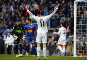 El delantero galés del Real Madrid Gareth Bale gesticula durante el partido frente al Elche por la 25ª jornada del campeonato español, el 22 de febrero de 2014 en Madrid (AFP
