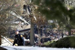 Un policía camina cerca de los escombros después de una explosión en un complejo de viviendas el martes 4 de marzo del 2014, en Ewing, Nueva Jersey. Una mujer murió y siete trabajadores resultaron heridos a raíz de una explosión causada por una fuga de gas. (Foto AP