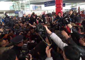 Reporteros se apiñan para entrevistar a familiares de los pasajeros del avión desaparecido