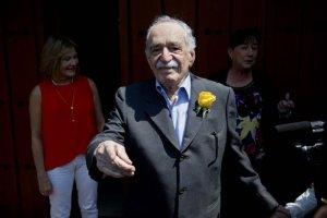 """En esta foto del 6 de marzo de 2014, el laureado novelista colombiano Gabriel García Márquez saluda a sus admiradores y a reporteros fuera de su casa en el día de su cumpleaños 87 en ciudad de México. Su familia confirmó que """"sigue y seguirá convaleciendo en casa"""" luego que fuera sometido a un tratamiento por una neumonía y una deshidratación en un hospital de la Ciudad de México. (AP Photo"""