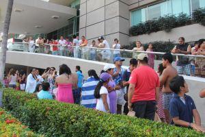 Turistas del Puerto de Acapulco permanecen fuera de un hotel después de que un movimiento sísmico se sintió este 18 de abril de 2014, en México. Según el Servicio Sismológico Nacional, con datos confirmados, el epicentro fue situado a 41 kilómetros al sur de Petatlán, muy cerca de la costa del estado sureño de Guerrero, con una profundidad de 10 kilómetros. EFE/
