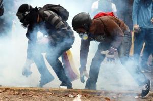 Estudiantes protestan en Caracas el 3 de abril contra el gobierno del presidente Nicolás Maduro (AFP