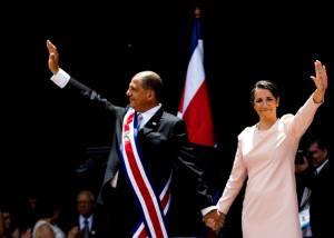 Solís y su esposa Mercedes Peñas saludaron al público durante el traspaso de poderes