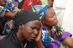 Algunas de las madres de las más de 200 adolescentes estudiantes secuestradas en su colegio por los islamistas de Boko Haram, en Chibok (Nigeria), el 5 de mayo de 2014 (AFP