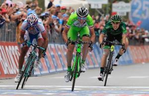 Marco Canola (centro) se impone en la línea de meta de la 13ª etapa del Giro, este viernes 23 de mayo en Rivarolo Canavese, al norte de Italia (AFP