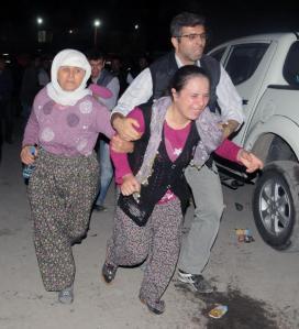 Familiares lloran mienmtras esperan en las afueras de un hospital tras una explosión en una mina de carbón que mató al menos a 151 mineros y dejó a centenares atrapados bajo tierra, el martes, 13 de mayo del 2014, en Soma, Turquía.(Foto AP)