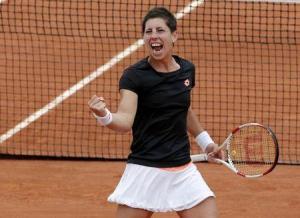 La tenista española Carla Suarez Navarro celebra tras ganarle a la croata Ajla Tomljanovic y pasar a la siguiente ronda del torneo de Roland Garros en Francia. Junio 1, 2014. REUTERS/