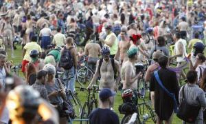 Miles de ciclistas, muchos de ellos completamente desnudos, inundaron las calles de Portland, Oregon, el sábado en la undécima edición de la Vuelta Mundial Desnuda en Bicicleta, una protesta que promociona el ciclismo como alternativa a los coches. En la imagen los ciclistas se preparan para iniciar la vuelta en Portland el 7 de junio de 2014. REUTERS